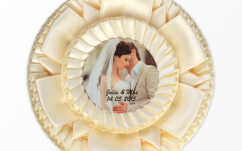 Hochzeitschleife mit Foto des Brautpaares